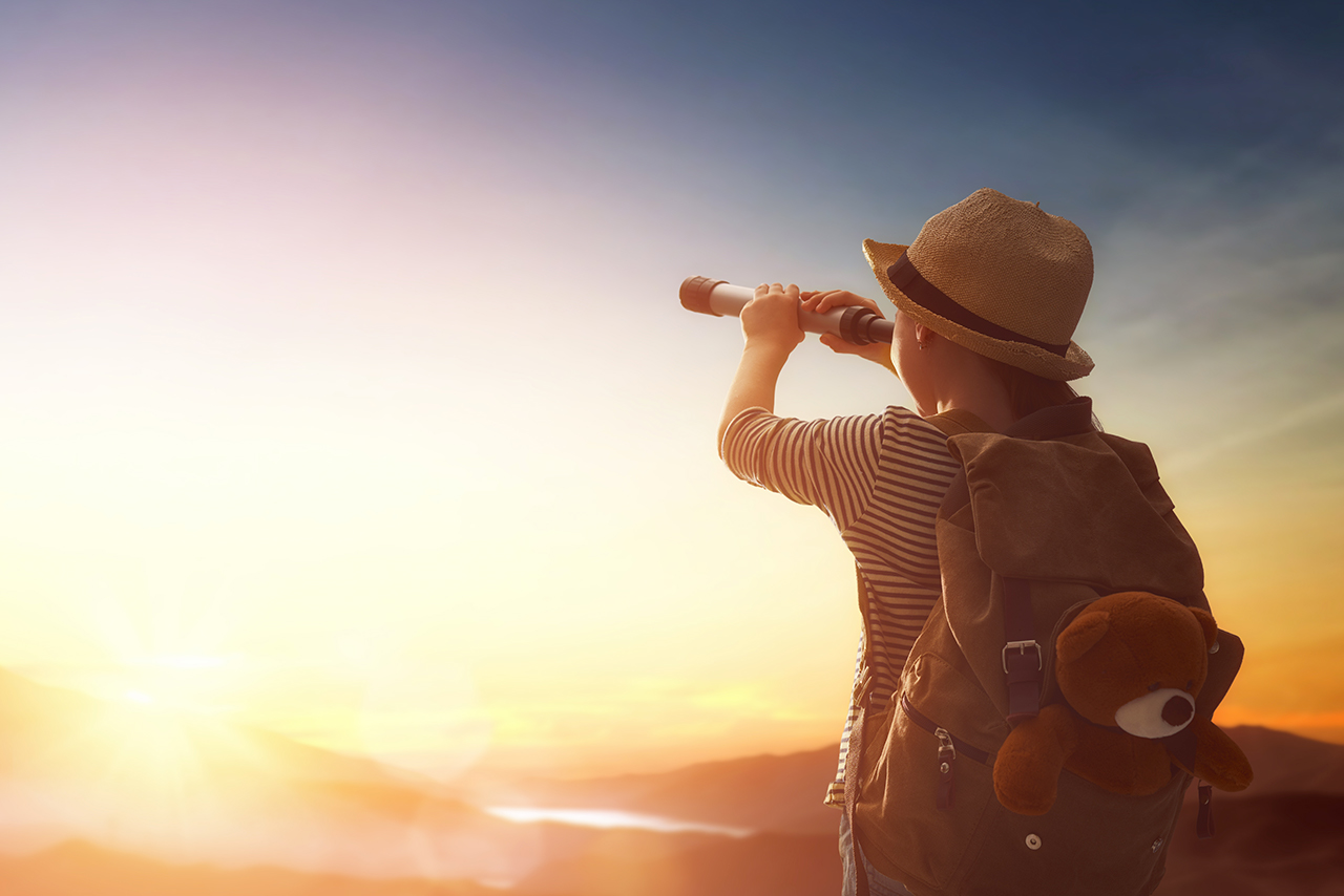 Enfant regardant le ciel avec une longue vue